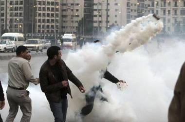 egypt_riots_toss_gas.jpg