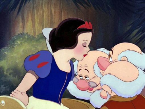Белоснежка целует гнома гиф